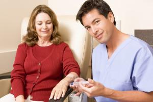 Kvinne får injeksjon av sjukepleiar
