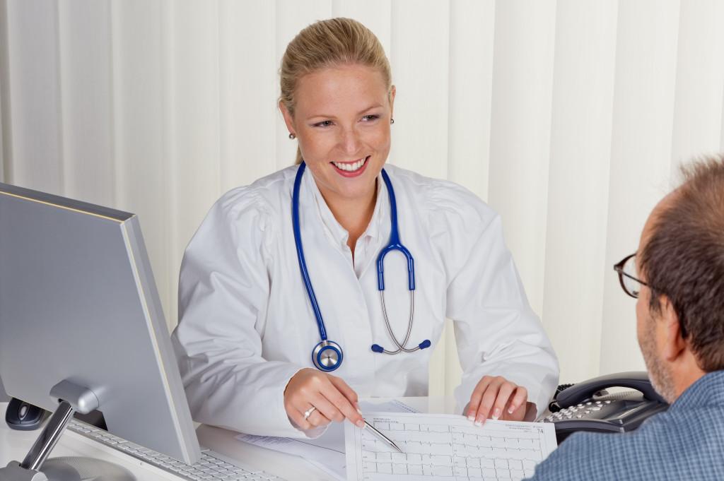 Illustrasjonsfoto: Lege snakker med pasient - konsultasjon
